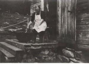 23. seter-Petrine Jørgensen rører i møssmørgryta på Heitømtet ca 1930